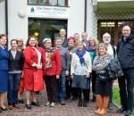 Delegacja z Niemiec i Szwecji przed Domem  Pomocy Społecznej w Gorzycach