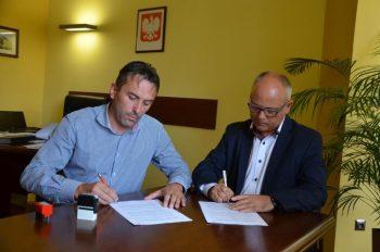 Umowę podpisuje Piotr Jojko, prezes Auto-Trans Asfalty sp. z o.o. z Gierałtowic oraz Leszek Bizoń członek Zarządu Powiatu Wodzisławskiego