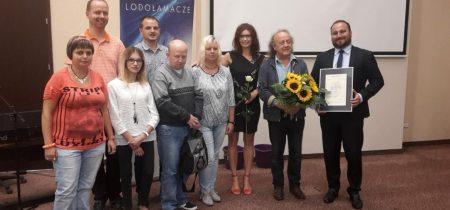Pamiątkowe zdjęcie pracowników ZAZ w Wodzisławiu Śl. z Józefem Skrzekiem podcza Lodołamaczy 2016