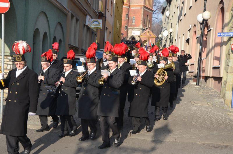 Orkiestra górnicza krocząca ulicą miasta