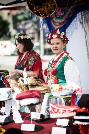kobiety w śląskich strojach regionalnych uczestniczące w kiermaszu, imprezie folklorystycznej