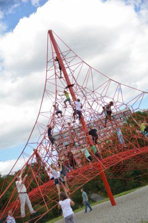 konstrukcja linowa służąca zabawie i rekreacji
