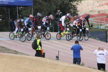 zawody rowerowe na torze z udziałem publiczności