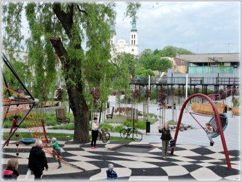 Park Jordanowski w Pszowie, na zdjęciu plac zabaw z bawiącymi się dziećmi