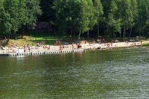kąpielisko Balaton w Wodzisławiu Śl. na zdjęciu zbiornik wodny i fragment plaży