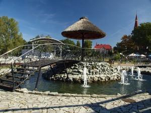 Ośrodek słoneczna wyspa w Marklowicach. Na zdjęciu podest kamienny z parasolem z liści otoczony wodną fontanną