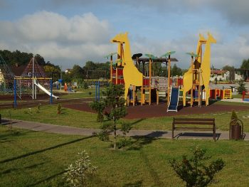 Ośrodek rekreacyjny w Rydułtowach na zdjęciu plac zabaw ze ślizgawkami zbudowanymi na kształt żyraf