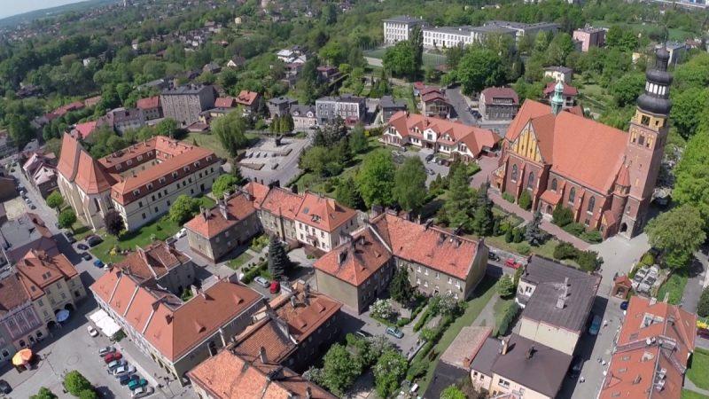 Widok z lotu ptaka na zabudowę staromiejską w Wodzisławiu Śl. Na zdjęciu kamienice i kościoły