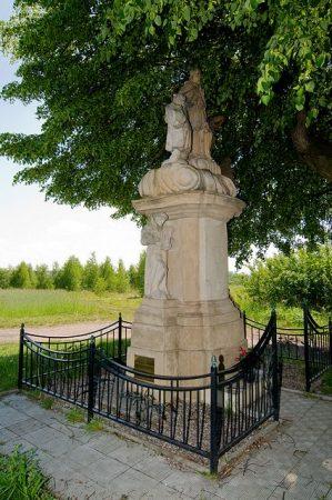 Kamienna figura św. Jana Nepomucena w Bluszczowie foto. ABVET Ballarin