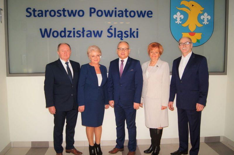 Członkowie Zarządu Powiatu Wodzisławskiego kadencji 2018-2023. Od lewej Tadeusz Skatuła, Krystyna Kuczera, Leszek Bizoń, Kornelia Newy i Jan Zemło