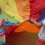 festyn biorące udział w zabawie plenerowej w ramach festynu oazy aktywności