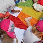 dzieci biorące udział w animacji rozrywkowej, zdjęcie poglądowe