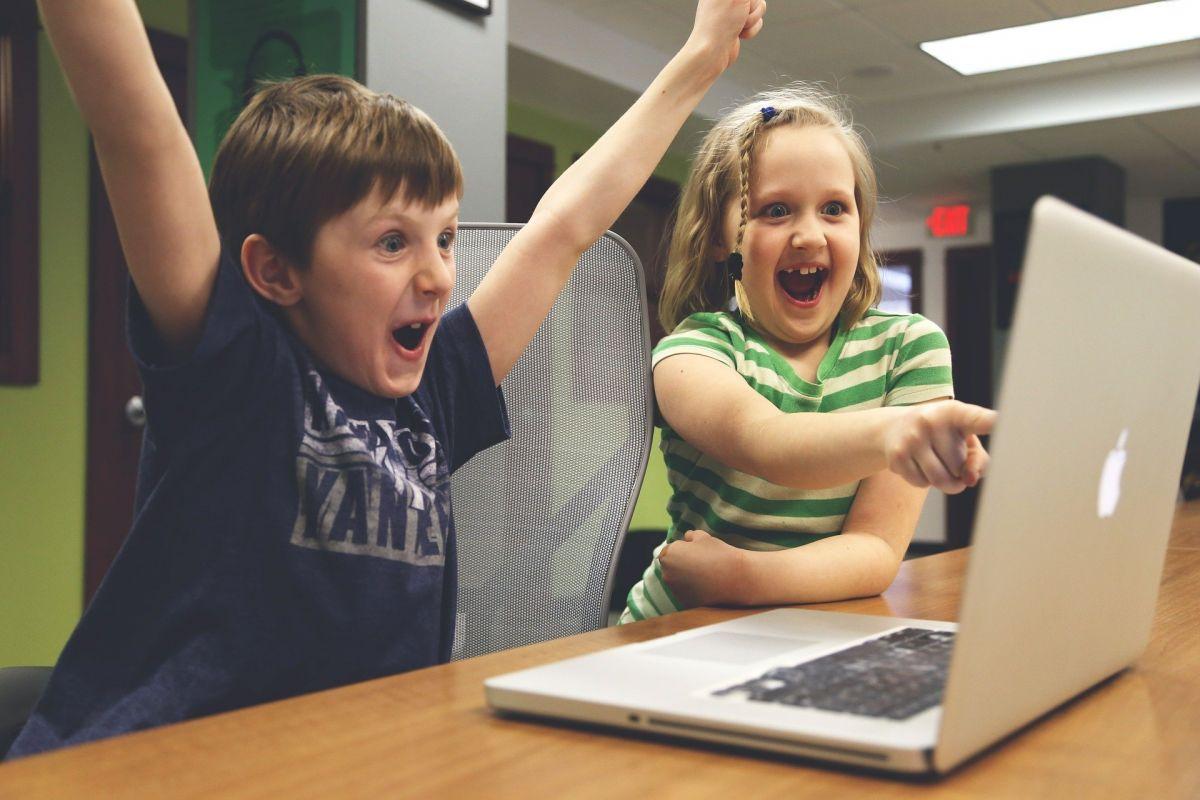 foto dzieci przed komputerem