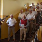 szpitalna izba pamięci w Rydułtowach Klika Machnika daje popis wokalny na schodach budynku