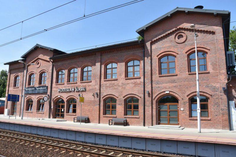 Dworzec kolejowy w Wodzisławiu Śląskim po modernizacjia z pocz. XXI w.