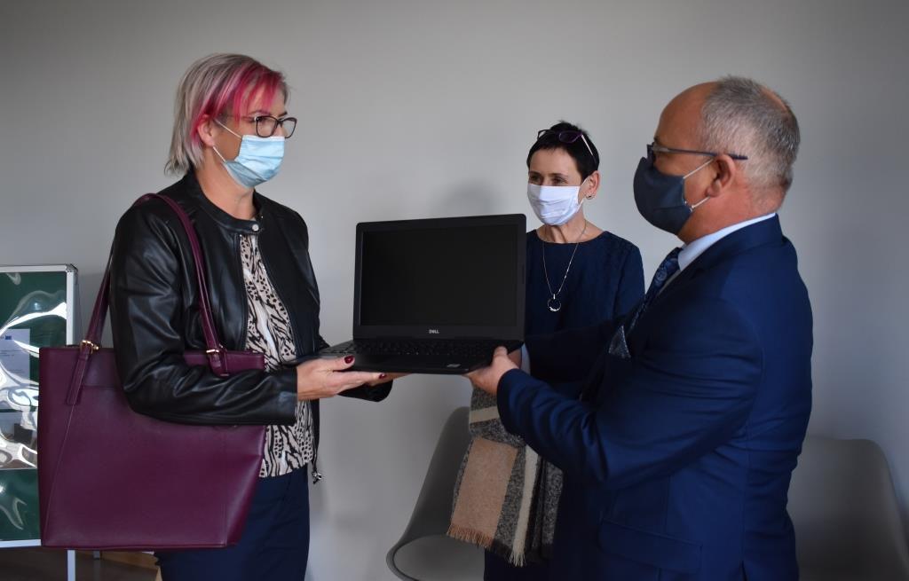 przekazanie komputerów dla dzieci w pieczy zastępczej. Na zdjęciu starosta Leszek Bizoń i dyrektor PCPR Ireną Obiegły oraz jedna z rodzin zastępczych
