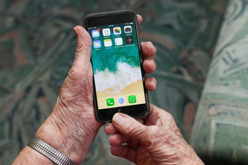 smartfon w ręku starszej kobiety