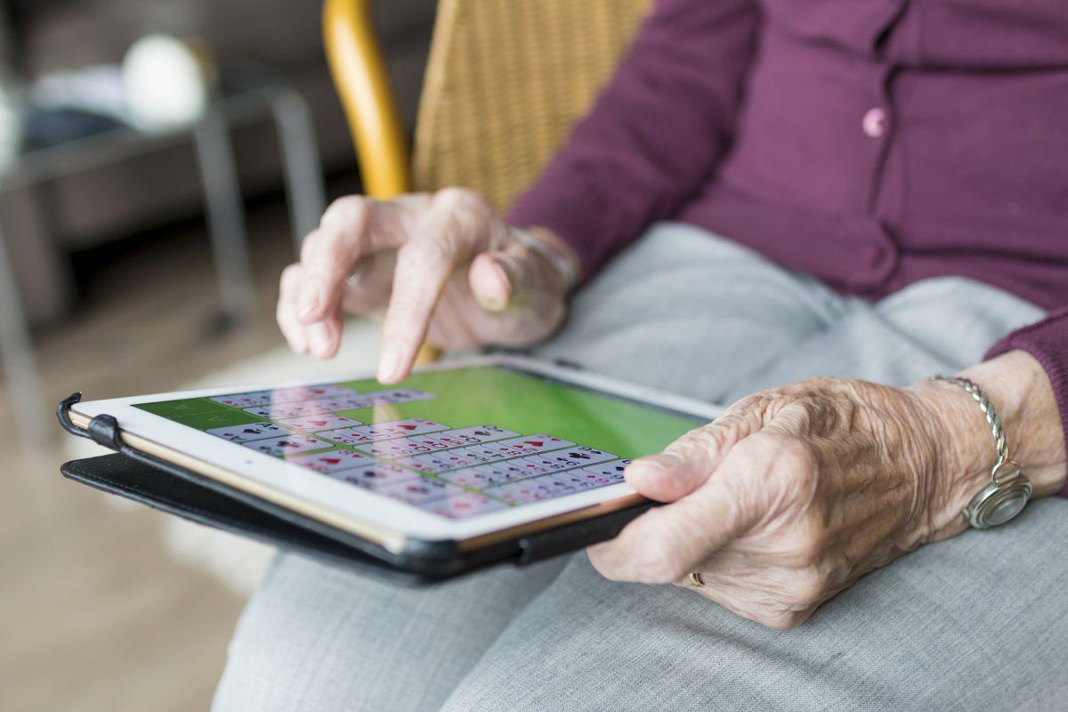 tablet w rękach seniora