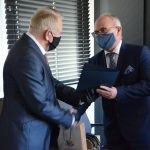 Ryszard Paweł Nawrocki odbiera z rąk starosty Leszka Bizonia list gratulacyjny z okazji przejścia na emeryturę