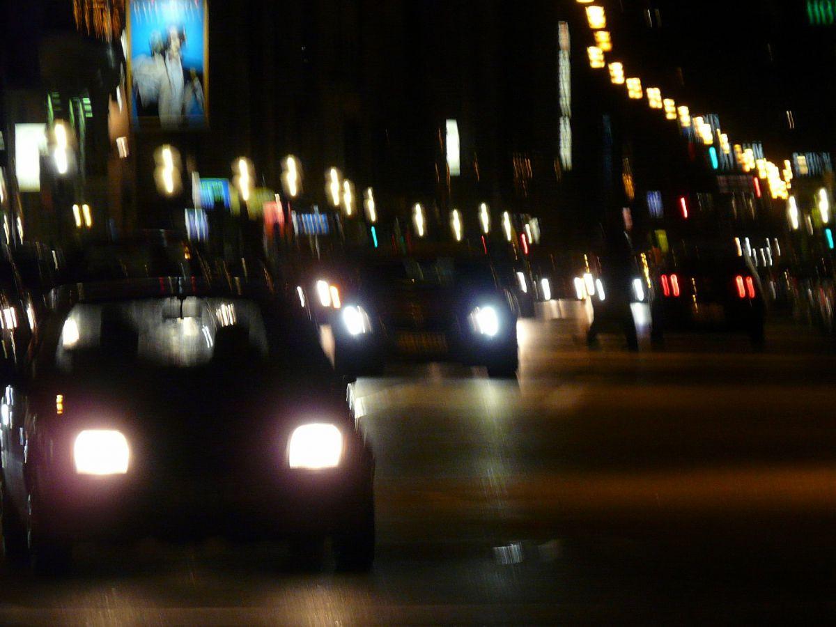 Ruch uliczny, samochód, światła, jesień, zmrok