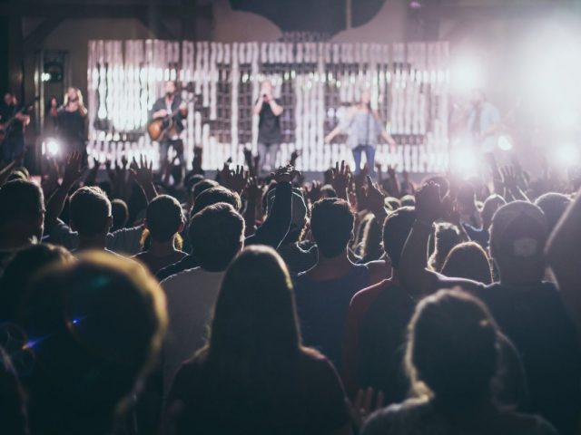 koncert, audytorium, na zdjęciu uczestnicy imprezy muzycznej zdjęcie poglądowe