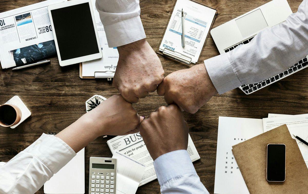 krąg zaciśnietych rąk - współpraca