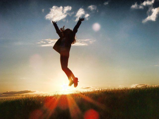 postać ludzka w podskoku ukazująca pozytywną energię, motywację i radość