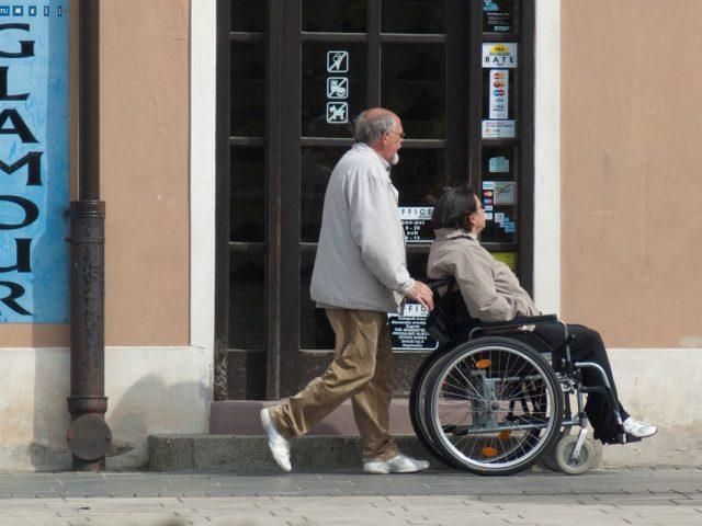 osoba z niepełnosprawnością w towarzystwie asystena