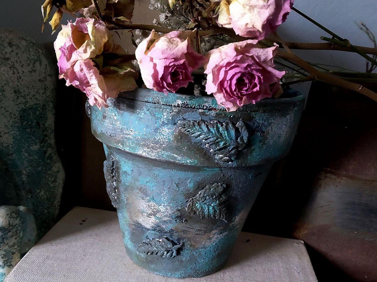 zdjęcie artystycznie udekorowanej doniczki z kwiatami