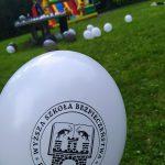 Dzień Dziecka 2021 w Powiatowym Domu Dziecka w Gorzyczkach i powiatowych placówkach opiekuńczo-wychowawczych. Na zdjęciu balon promocyjny Wyższej Szkoły Bezpieczeństwa w Jastrzębiu-Zdroju