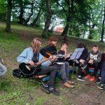 Dzień Dziecka 2021 w Powiatowym Domu Dziecka w Gorzyczkach i powiatowych placówkach opiekuńczo-wychowawczych. Na zdjęciu uczestnicy ogniska integracyjnego z grniem na gitarze (2)