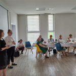 Dzień rodzicielstwa zastępczego w powiecie wodzisławskim 2021 na zdjęciu 2 uczennice 1 LO w Wodzisławiu Śl. wykonują program artystyczny (śpiewają)