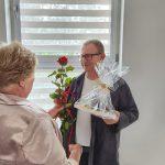 Dzień rodzicielstwa zastępczego w powiecie wodzisławskim 2021 na zdjęciu członek Zarządu Krystyna Kuczera wręcza podziękowania jednej z rodzin zastępczych