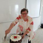Dzień rodzicielstwa zastępczego w powiecie wodzisławskim 2021 na zdjęciu jedna z rodzin zastępczych kroi tort