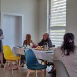 Dzień rodzicielstwa zastępczego w powiecie wodzisławskim 2021 na zdjęciu jedna z rodzin zastępczych opowiada o swoich doświadczeniach związanych z rodzicielstwem