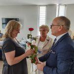 Dzień rodzicielstwa zastępczego w powiecie wodzisławskim 2021 na zdjęciu starosta Leszek Bizoń wręcza podziękowania jednej z rodzin zastępczych (2)