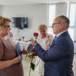 Dzień rodzicielstwa zastępczego w powiecie wodzisławskim 2021 na zdjęciu starosta Leszek Bizoń wręcza podziękowania jednej z rodzin zastępczych (3)