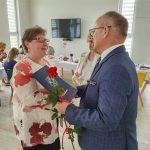 Dzień rodzicielstwa zastępczego w powiecie wodzisławskim 2021 na zdjęciu starosta Leszek Bizoń wręcza podziękowania jednej z rodzin zastępczych (4)