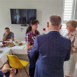 Dzień rodzicielstwa zastępczego w powiecie wodzisławskim 2021 na zdjęciu starosta Leszek Bizoń wręcza podziękowania jednej z rodzin zastępczych (5)