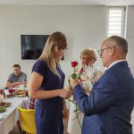 Dzień rodzicielstwa zastępczego w powiecie wodzisławskim 2021 na zdjęciu starosta Leszek Bizoń wręcza podziękowania jednej z rodzin zastępczych (6)