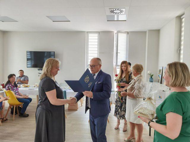 Dzień rodzicielstwa zastępczego w powiecie wodzisławskim 2021 na zdjęciu starosta Leszek Bizoń wręcza podziękowania jednej z rodzin zastępczych