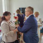 Dzień rodzicielstwa zastępczego w powiecie wodzisławskim 2021 na zdjęciu starosta Leszek Bizoń wręcza podziękowania jednej z rodzin zastępczych (7)