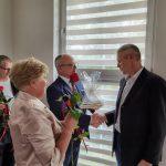 Dzień rodzicielstwa zastępczego w powiecie wodzisławskim 2021 na zdjęciu starosta Leszek Bizoń wręcza podziękowania jednej z rodzin zastępczych (8)