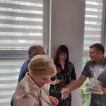 Dzień rodzicielstwa zastępczego w powiecie wodzisławskim 2021 na zdjęciu starosta Leszek Bizoń wręcza podziękowania jednej z rodzin zastępczych (9)