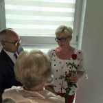 Dzień rodzicielstwa zastępczego w powiecie wodzisławskim 2021 na zdjęciu starosta Leszek Bizoń zwręcza podziękowania jednej z rodzin zastępczych
