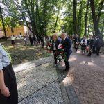 Obchody stulecia III Powstania Śląskiego w Rzuchowie. Burmistrz Radlina Barbara Magiera i starosta wodzisławski Leszek Bizoń składają kwiaty pod pomnikiem powstańców (3)