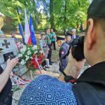 Obchody stulecia III Powstania Śląskiego w Rzuchowie. Przedstawiciele kombatantów składają kwiaty pod pomnikiem powstańców śląskich