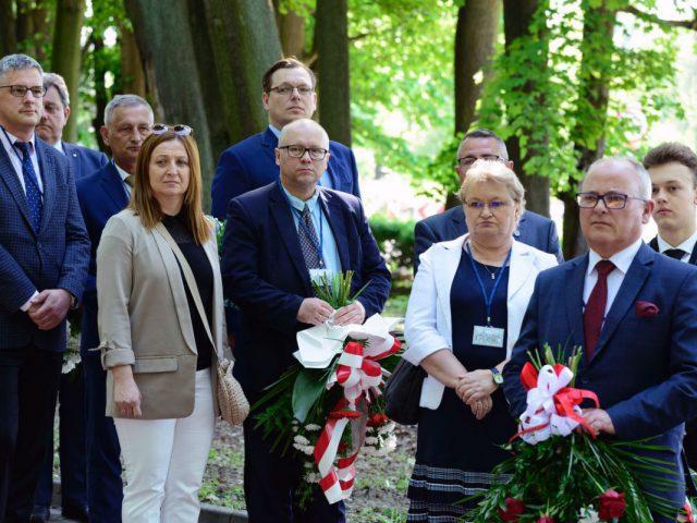starosta Leszek Bizoń składa kwiaty pod pomnikiem powstańców Śląskich w Rzuchowie. foto Janusz Jurcimierski