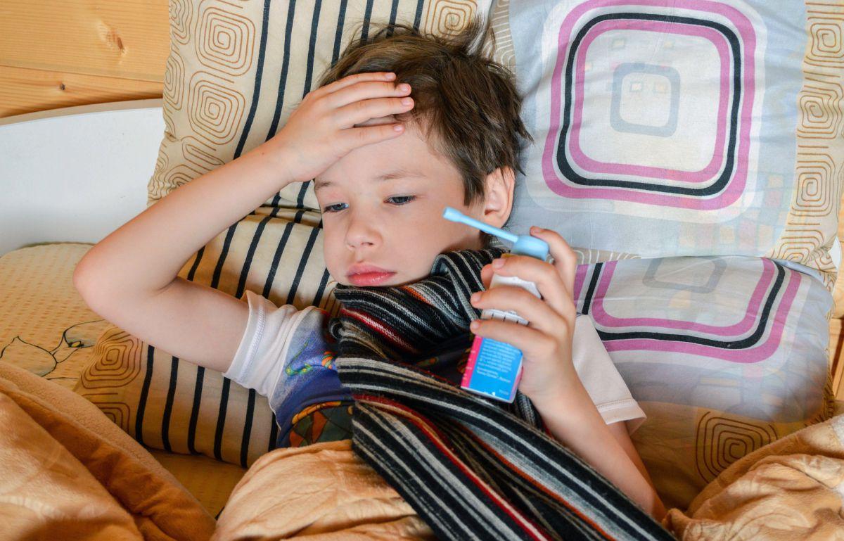 chore dziecko z lekiem wziewnym w dłoni