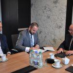 Umowę podpisuje prezes PKS Damian Knura